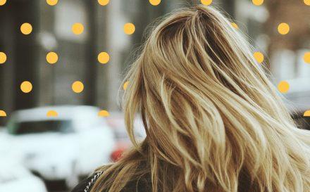 Jak zapobiegać przetłuszczanie się włosów?