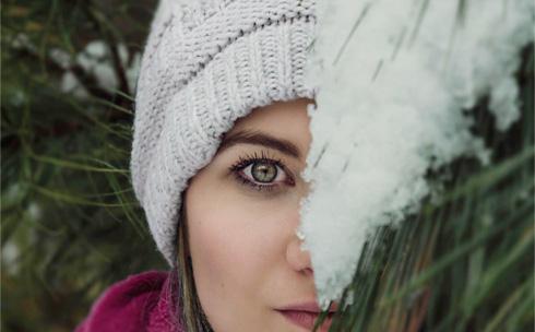 Włosy w czapce zimą
