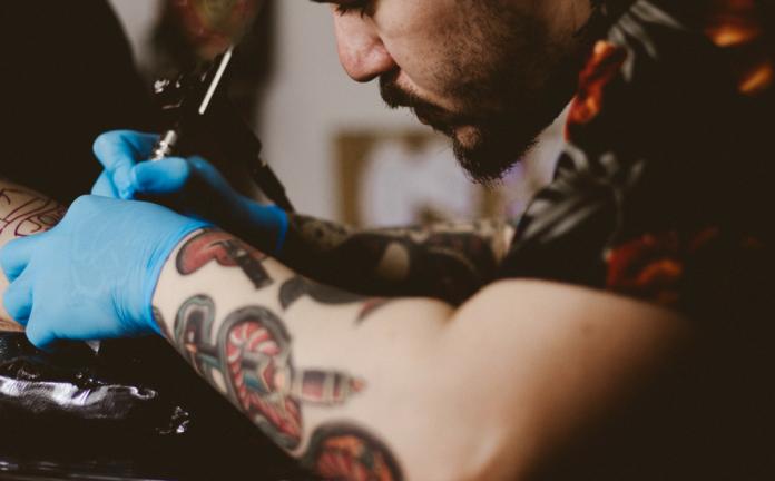 Tatuaż u osoby nieletniej: czy nieletni może zrobić tatuaż?