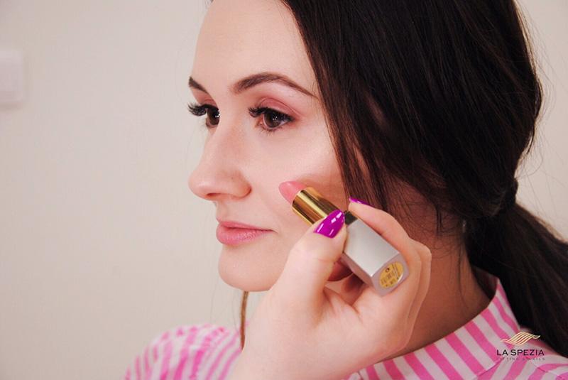 Jak umalować policzki szminką?
