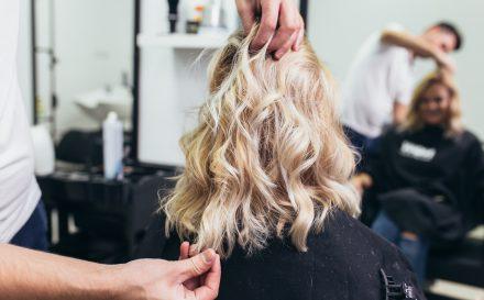 Włosy do ramion - jak je układać?