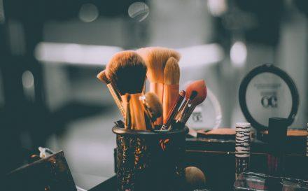 Jak wykonać makijaż – krok po kroku?
