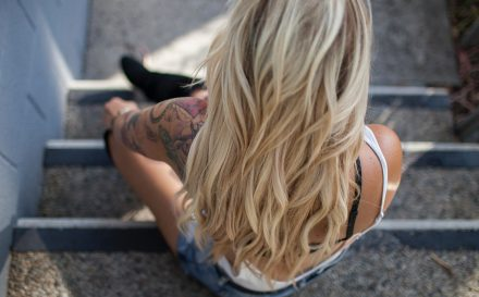 Kobiety kochają blond włosy – poradnik jak pielęgnować włosy rozjaśniane