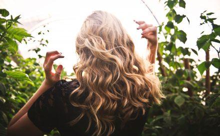 Jak wygląda zagęszczanie włosów metodą injection? – najlepszy opis zabiegu