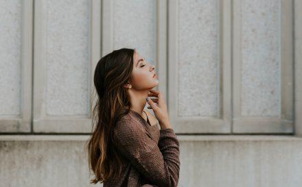 Najlepsze metody na usuwanie włosków z twarzy