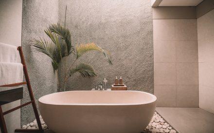 Kąpiel relaksacyjna – najlepsze domowe sposoby na relaks w wannie