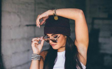 Wypadanie włosów u kobiet. Poradnik na temat przyczyn i metod leczenia łysienia kobiet