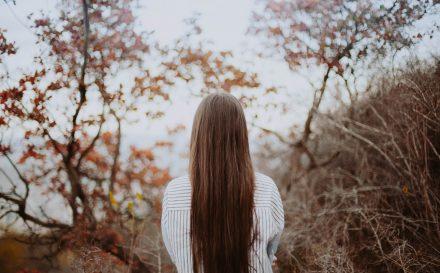 Nafta kosmetyczna do włosów – dowiedz się jakie efekty daje i jak ją stosować