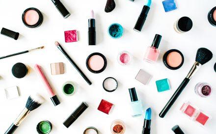 Baza pod cienie do powiek – wszystko, co powinnaś wiedzieć o tym kosmetyku!