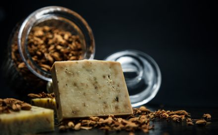 Czy znasz dobroczynne właściwości szarego mydła? Nasz poradnik podpowie, jak i gdzie stosować szare mydło