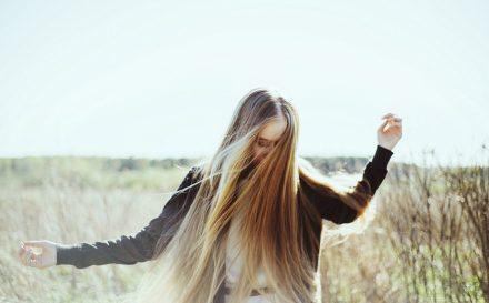 Metody na cienkie włosy. Co zrobić, aby nabrały objętości?