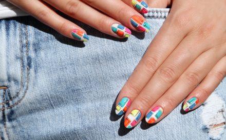 Przedłużanie paznokci na tipsie i szablonie