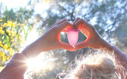Innowacyjny kubeczek menstruacyjny. Zobacz, czy warto z niego korzystać!