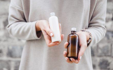 Zdradzamy, czym są oleje mineralne, po co są stosowane w kosmetykach oraz odpowiadamy czy są szkodliwe dla zdrowia.