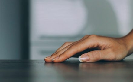 Najlepszy poradnik o tym, jak dbać o skórki wokół paznokci