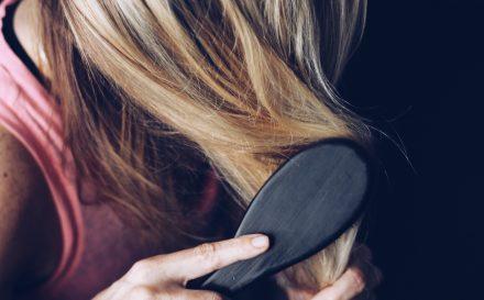 Zdradzamy, na czym polega telogenowe wypadanie włosów, jakie są jego przyczyny oraz leczenie