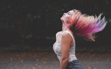 Farbowanie włosów szamponetką – jak wykonać koloryzację