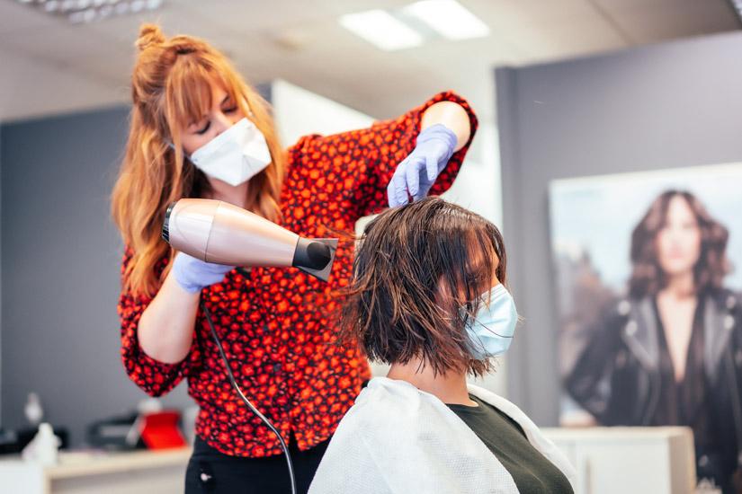 Widok kobiety i fryzjera