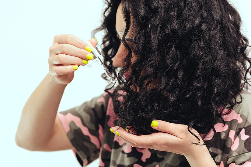 Widok kobiety olejującej włosy