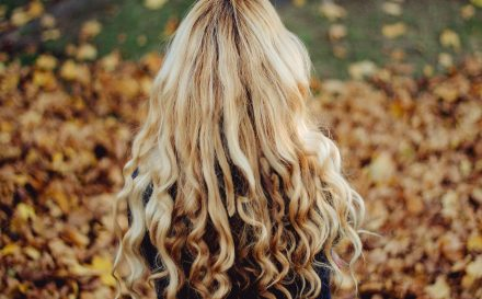 Jak działają poszczególne kosmetyki do modelowania włosów? Sprawdź, zanim kupisz