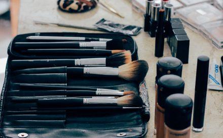 Różne rodzaje pędzli do makijażu – podpowiadamy, do czego służą