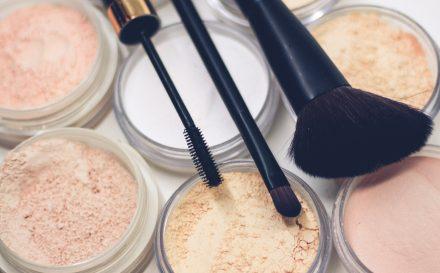 Makijaż dla cery trądzikowej. Jak zatuszować trądzik makijażem?