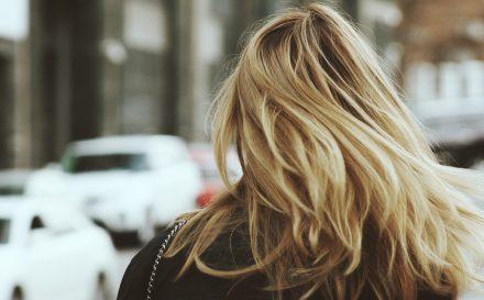Metoda OMO, mycie włosów samą wodą. Czy na pewno myjesz włosy prawidłowo?