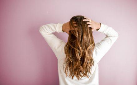 Co zrobić z elektryzującymi się włosami? Najlepsze metody na poskromienie elektryzujących się włosów