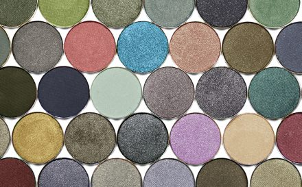 Podpowiadamy, jakie cienie do powiek wybrać, aby stanowiły podstawę efektownego makijażu