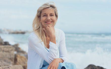 Jak odjąć sobie lat makijażem? Poradnik na makijaż po 50 – krok po kroku