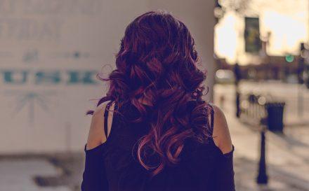 Jak zrobić fale na włosach? Zdradzamy najlepsze metody na loki bez użycia ciepła!