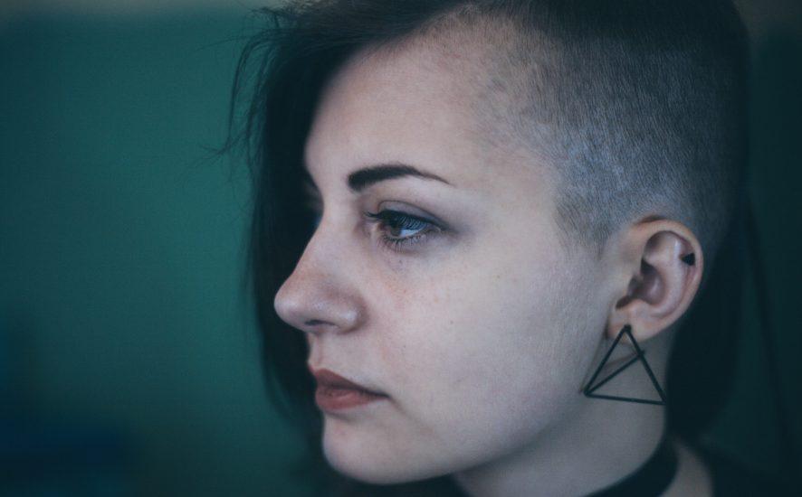 Wygolony bok - fryzury damskie - odważne stylizacje