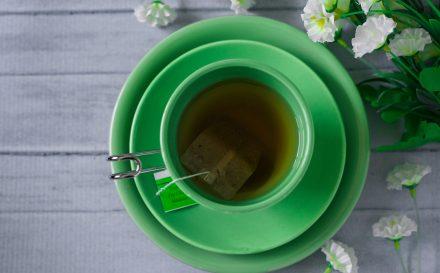 Zielona herbata na włosy, twarz i ciało. Jak przygotować domowe kosmetyki z herbatą?