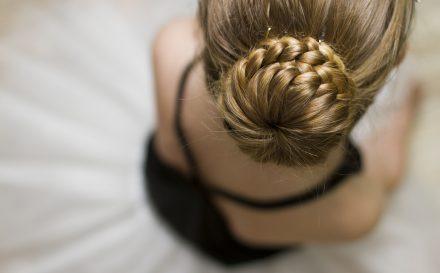 Najlepszy poradnik o tym, jak zrobić koka z wypełniaczem. Zdradzamy sekret idealnej fryzury!