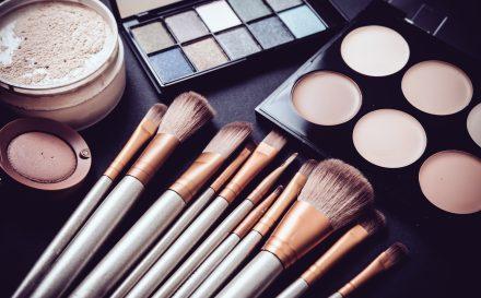 Czy wiesz, jaka powinna być kolejność wykonywania makijażu? Przedstawiamy najlepszy poradnik, jak zrobić ładny makijaż w domu