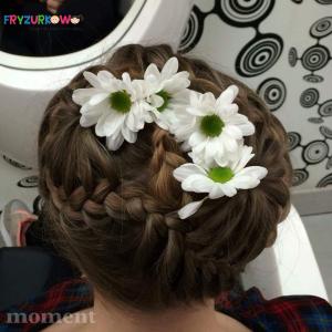 fryzury komunijne z wainkiem z żywych kwiatów