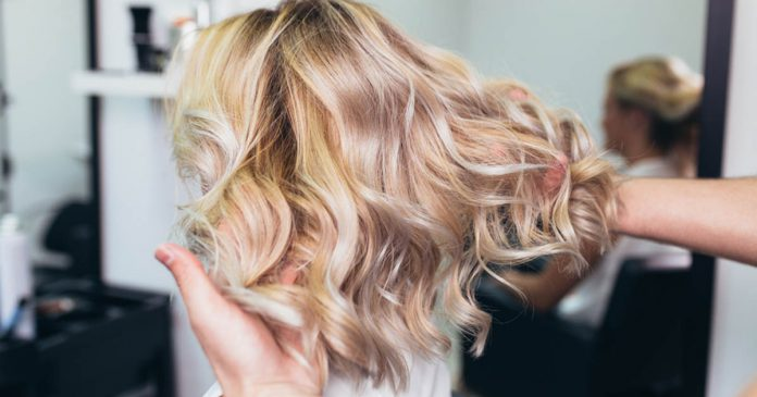 Rozjaśnianie włosów: u fryzjera czy w domu?