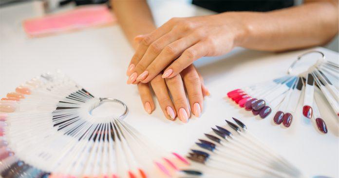 Przedłużanie paznokci: akryl, żel czy akrylożel? Co wybrać?