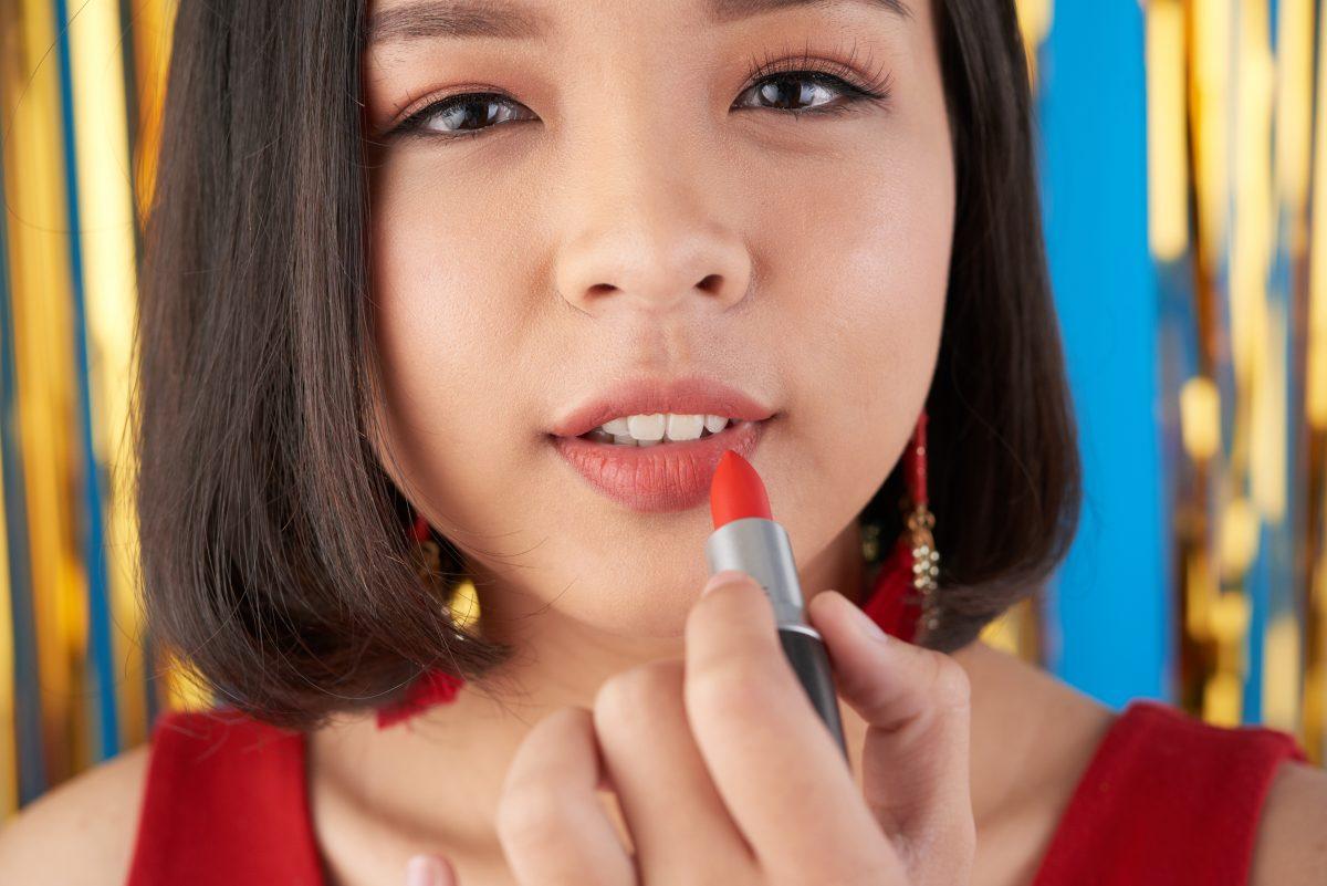 Widok kobiety ze szminką