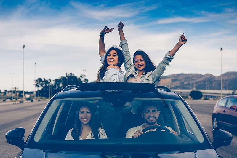 Szczęśliwa grupa przyjaciół w samochodzie