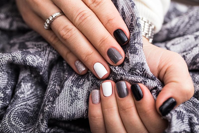 Damskie dłonie z eleganckim manicure