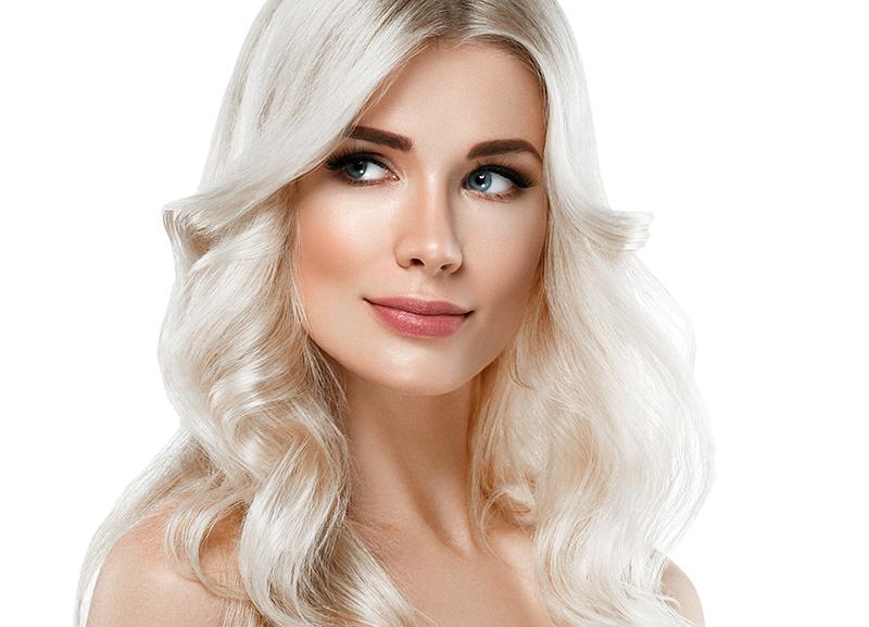 Kobieta z kręconymi włosami blond.