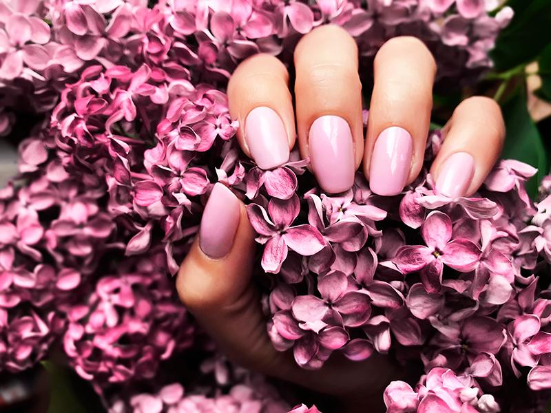 Manicure jasny róż