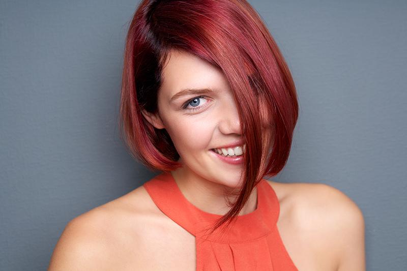 Kobieta o rudych włosach.