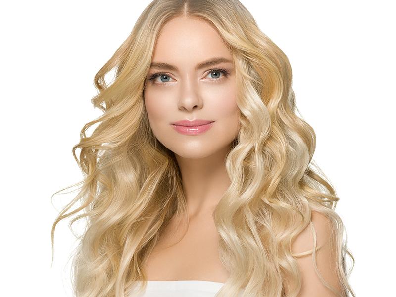 Kobieta o długich blond włosach.