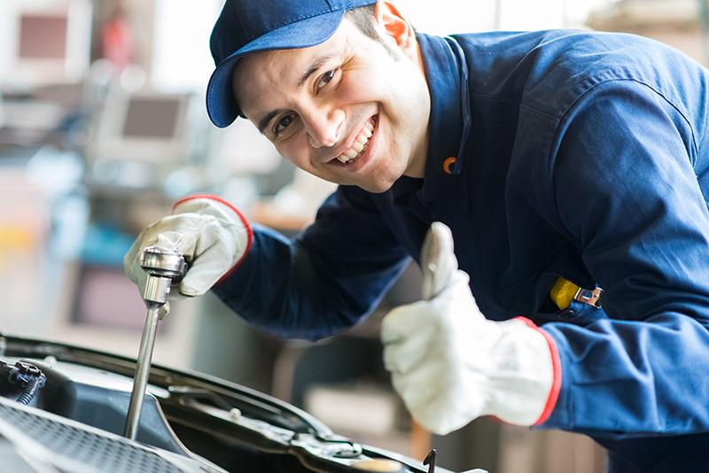 Mechanik naprawia auto