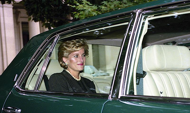 Księżna Diana na tylnym siedzeniu samochodu. Fryzura z grzywką.