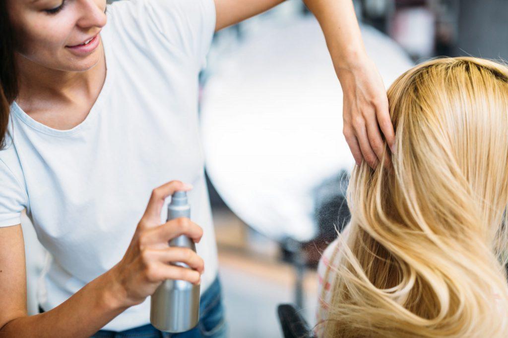 Widok kobiety u fryzjera