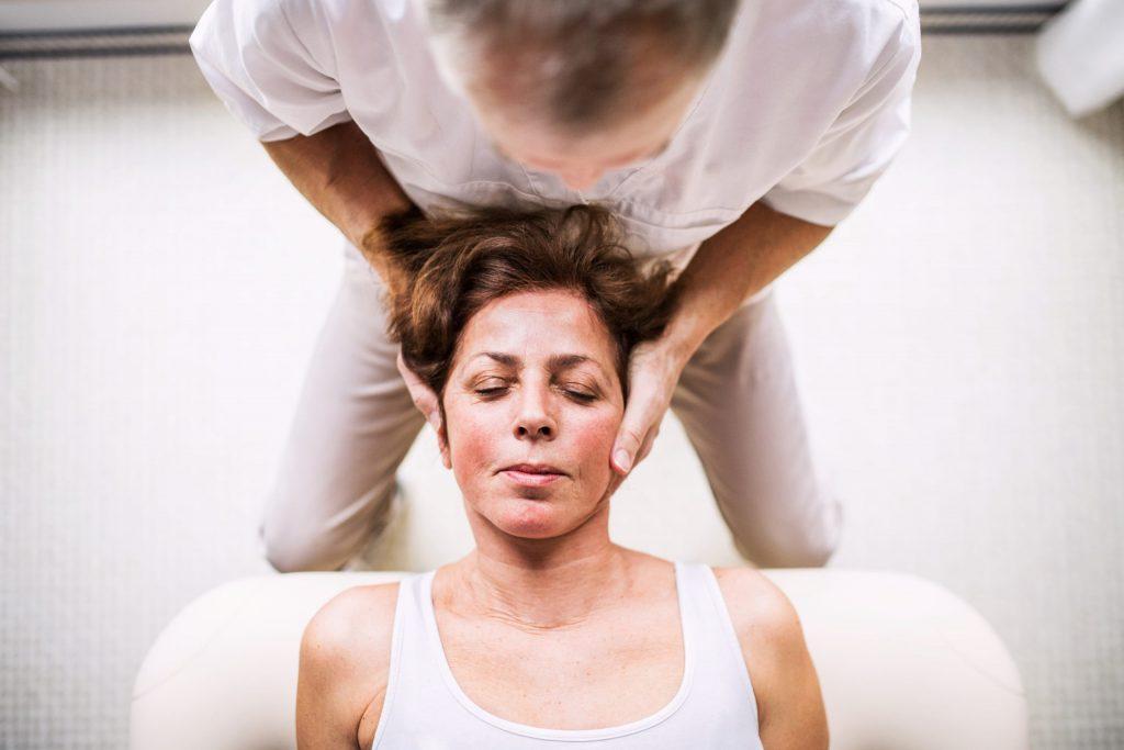 Widok kobiety u fizjoterapeuty