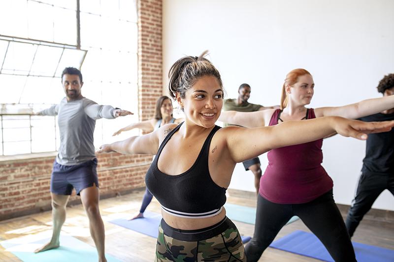 Zajęcia jogi na sali - wojownik I